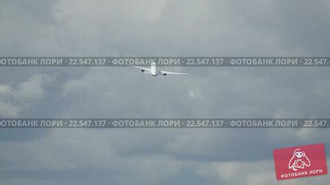 Купить «Boeing 777 take-off and climb», видеоролик № 22547137, снято 5 сентября 2015 г. (c) Игорь Жоров / Фотобанк Лори
