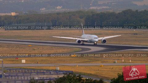 Купить «Boeing 787 taxiing after landing», видеоролик № 27504469, снято 19 июля 2017 г. (c) Игорь Жоров / Фотобанк Лори