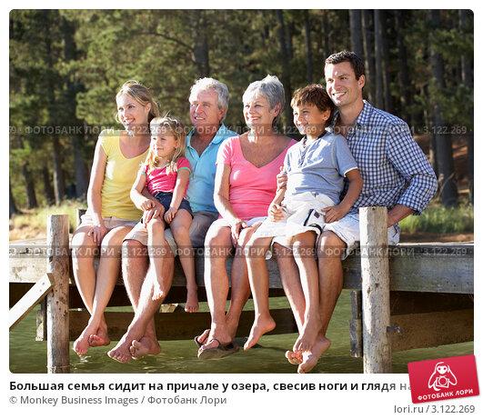 Купить «Большая семья сидит на причале у озера, свесив ноги и глядя на реку», фото № 3122269, снято 22 февраля 2011 г. (c) Monkey Business Images / Фотобанк Лори