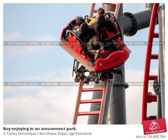 Boy enjoying in an amusement park. Стоковое фото, фотограф Carlos Dominique / age Fotostock / Фотобанк Лори