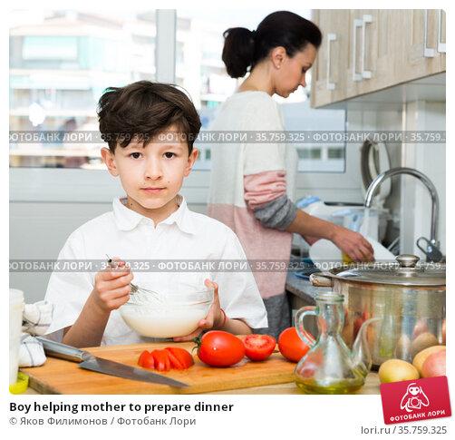 Boy helping mother to prepare dinner. Стоковое фото, фотограф Яков Филимонов / Фотобанк Лори