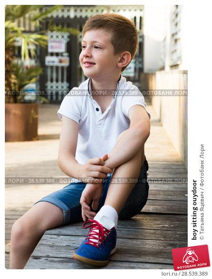 Купить «boy sitting ouydoor», фото № 28539389, снято 25 июня 2018 г. (c) Татьяна Яцевич / Фотобанк Лори