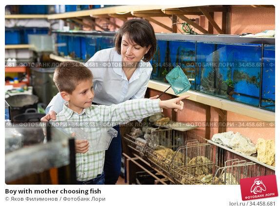 Boy with mother choosing fish. Стоковое фото, фотограф Яков Филимонов / Фотобанк Лори