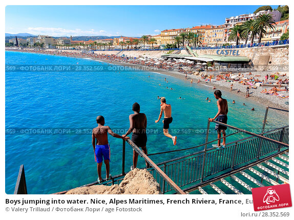 Изображение «Boys jumping into water  Nice, Alpes Maritimes, French  Riviera, France, Europe»