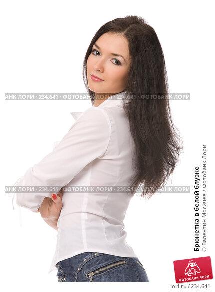 Брюнетка в белой блузке, фото № 234641, снято 27 октября 2016 г. (c) Валентин Мосичев / Фотобанк Лори