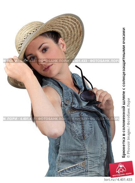 Купить «Брюнетка в соломенной шляпе с солнцезащитными очками», фото № 4401433, снято 23 декабря 2010 г. (c) Phovoir Images / Фотобанк Лори