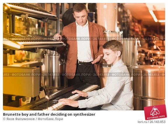 Купить «Brunette boy and father deciding on synthesizer», фото № 26143853, снято 29 марта 2017 г. (c) Яков Филимонов / Фотобанк Лори