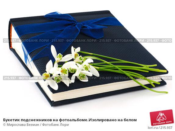 Букетик подснежников на фотоальбоме.Изолировано на белом, фото № 215937, снято 4 марта 2008 г. (c) Мирослава Безман / Фотобанк Лори