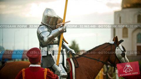 BULGAR, RUSSIA 11-08-2019: a man assistant gives the spear to a knight. Редакционное видео, видеограф Константин Шишкин / Фотобанк Лори