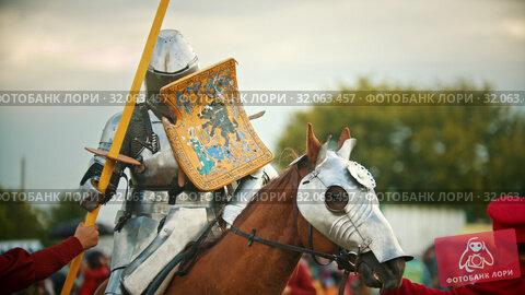 BULGAR, RUSSIA 11-08-2019: Knight walking riding a horse - holding a traditional painted shield. Редакционное видео, видеограф Константин Шишкин / Фотобанк Лори