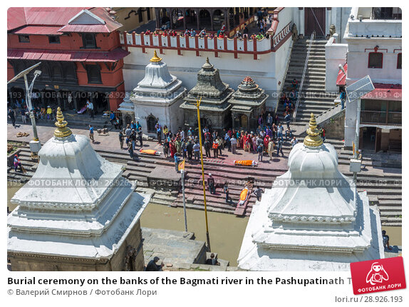 Купить «Burial ceremony on the banks of the Bagmati river in the Pashupatinath Temple 13 April 2018, Kathmandu, Nepal», фото № 28926193, снято 13 апреля 2018 г. (c) Валерий Смирнов / Фотобанк Лори