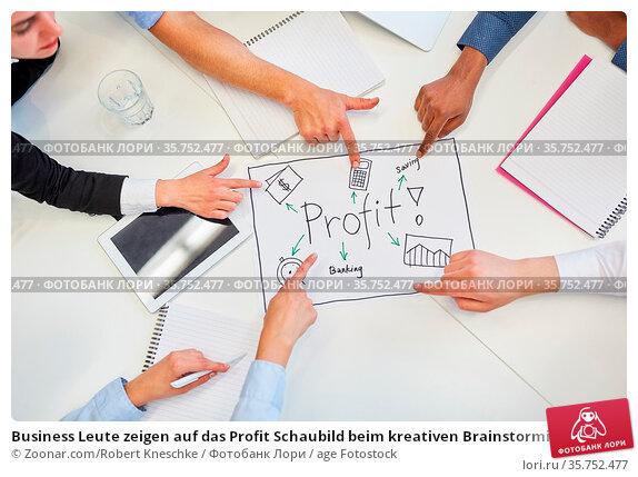 Business Leute zeigen auf das Profit Schaubild beim kreativen Brainstorming. Стоковое фото, фотограф Zoonar.com/Robert Kneschke / age Fotostock / Фотобанк Лори
