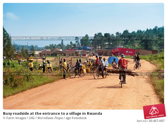 Busy roadside at the entrance to a village in Rwanda. Стоковое фото, фотограф Farm Images \ UIG / age Fotostock / Фотобанк Лори