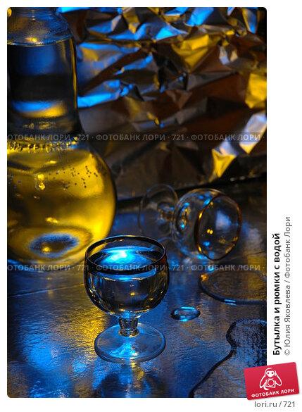 Бутылка и рюмки с водой, фото № 721, снято 24 февраля 2005 г. (c) Юлия Яковлева / Фотобанк Лори