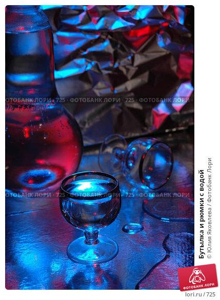 Купить «Бутылка и рюмки с водой», фото № 725, снято 24 февраля 2005 г. (c) Юлия Яковлева / Фотобанк Лори