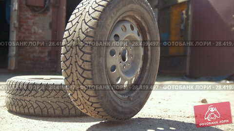 Купить «Car wheels rolling on the ground in front of car garage», видеоролик № 28419497, снято 21 мая 2018 г. (c) Константин Шишкин / Фотобанк Лори