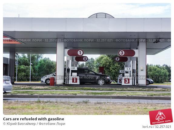 Купить «Cars are refueled with gasoline», фото № 32257021, снято 11 июля 2018 г. (c) Юрий Бизгаймер / Фотобанк Лори