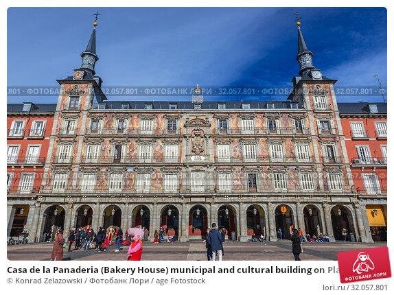 Casa de la Panaderia (Bakery House) municipal and cultural building on Plaza Mayor - Main Square in Madrid, Spain. Стоковое фото, фотограф Konrad Zelazowski / age Fotostock / Фотобанк Лори
