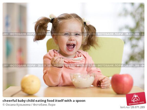 Купить «cheerful baby child eating food itself with a spoon», фото № 28071289, снято 13 июля 2020 г. (c) Оксана Кузьмина / Фотобанк Лори