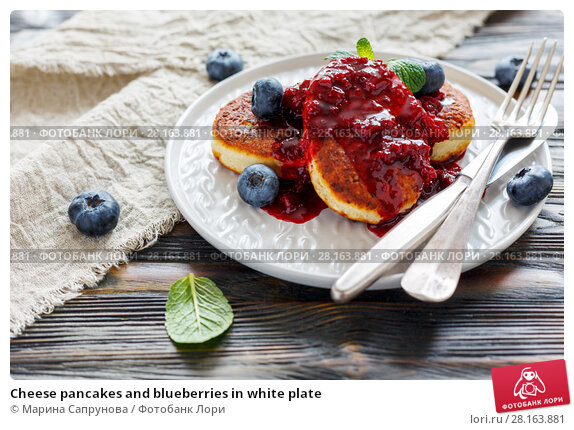 Купить «Cheese pancakes and blueberries in white plate», фото № 28163881, снято 20 февраля 2018 г. (c) Марина Сапрунова / Фотобанк Лори