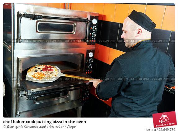 Купить «chef baker cook putting pizza in the oven», фото № 22649789, снято 16 июня 2015 г. (c) Дмитрий Калиновский / Фотобанк Лори