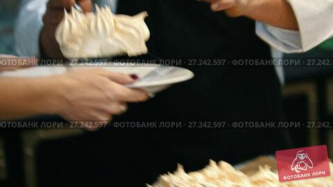 Купить «Chef putting dessert on plate - sweet Pavlova cake», видеоролик № 27242597, снято 5 июля 2020 г. (c) Константин Шишкин / Фотобанк Лори