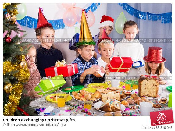 Children exchanging Christmas gifts. Стоковое фото, фотограф Яков Филимонов / Фотобанк Лори