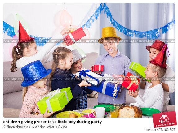 Купить «children giving presents to little boy during party», фото № 27102597, снято 20 ноября 2017 г. (c) Яков Филимонов / Фотобанк Лори