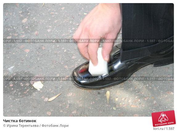 Чистка ботинок, эксклюзивное фото № 1597, снято 10 сентября 2005 г. (c) Ирина Терентьева / Фотобанк Лори