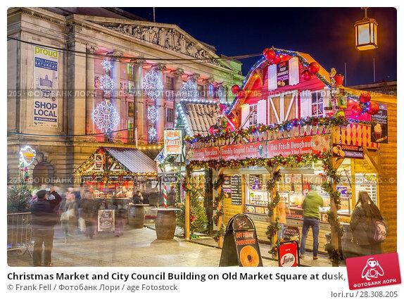 Купить «Christmas Market and City Council Building on Old Market Square at dusk, Nottingham, Nottinghamshire, England, United Kingdom, Europe», фото № 28308205, снято 24 ноября 2017 г. (c) age Fotostock / Фотобанк Лори
