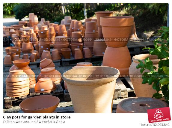 Clay pots for garden plants in store. Стоковое фото, фотограф Яков Филимонов / Фотобанк Лори