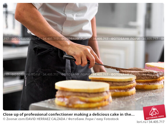 Close up of professional confectioner making a delicious cake in the... Стоковое фото, фотограф Zoonar.com/DAVID HERRAEZ CALZADA / easy Fotostock / Фотобанк Лори