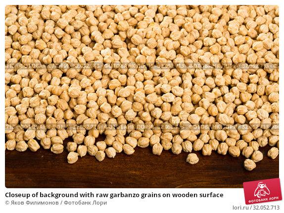 Closeup of background with raw garbanzo grains on wooden surface. Стоковое фото, фотограф Яков Филимонов / Фотобанк Лори