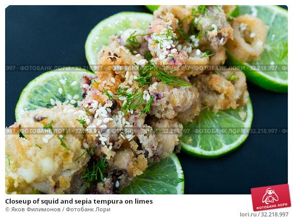 Купить «Closeup of squid and sepia tempura on limes», фото № 32218997, снято 3 апреля 2020 г. (c) Яков Филимонов / Фотобанк Лори