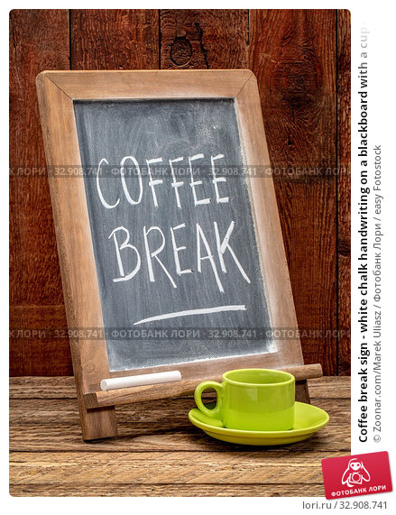 Coffee break sign - white chalk handwriting on a blackboard with a cup of coffee. Стоковое фото, фотограф Zoonar.com/Marek Uliasz / easy Fotostock / Фотобанк Лори