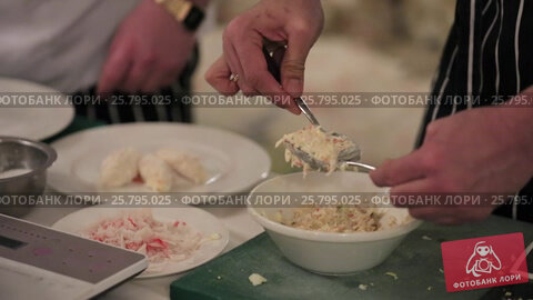 Cook cooking on a kitchen, видеоролик № 25795025, снято 14 марта 2016 г. (c) Алексей Макаров / Фотобанк Лори