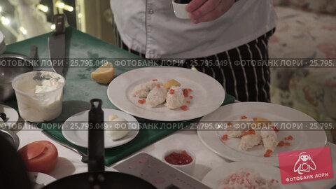 Cook cooking on a kitchen, видеоролик № 25795049, снято 14 марта 2016 г. (c) Алексей Макаров / Фотобанк Лори