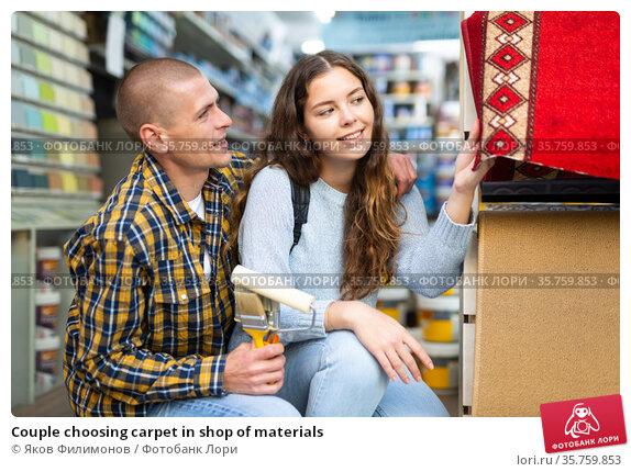 Couple choosing carpet in shop of materials. Стоковое фото, фотограф Яков Филимонов / Фотобанк Лори