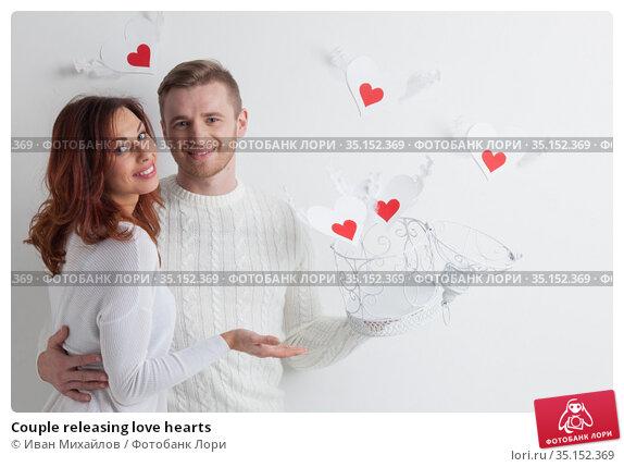 Couple releasing love hearts. Стоковое фото, фотограф Иван Михайлов / Фотобанк Лори