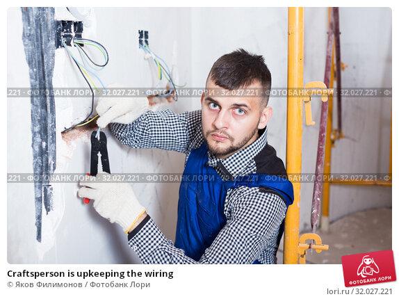 Купить «Craftsperson is upkeeping the wiring», фото № 32027221, снято 3 июня 2017 г. (c) Яков Филимонов / Фотобанк Лори
