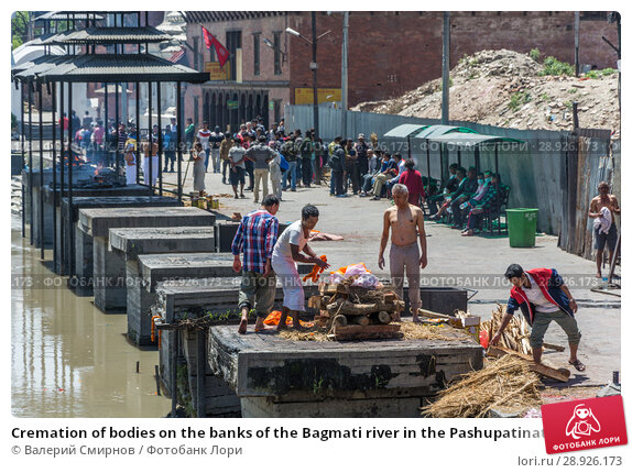 Купить «Cremation of bodies on the banks of the Bagmati river in the Pashupatinath Temple 13 April 2018, Kathmandu, Nepal», фото № 28926173, снято 13 апреля 2018 г. (c) Валерий Смирнов / Фотобанк Лори