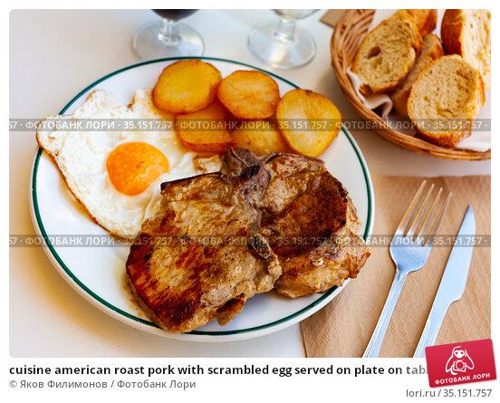 cuisine american roast pork with scrambled egg served on plate on table. Стоковое фото, фотограф Яков Филимонов / Фотобанк Лори