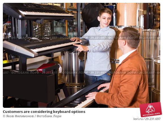 Купить «Customers are considering keyboard options», фото № 29231697, снято 29 марта 2017 г. (c) Яков Филимонов / Фотобанк Лори