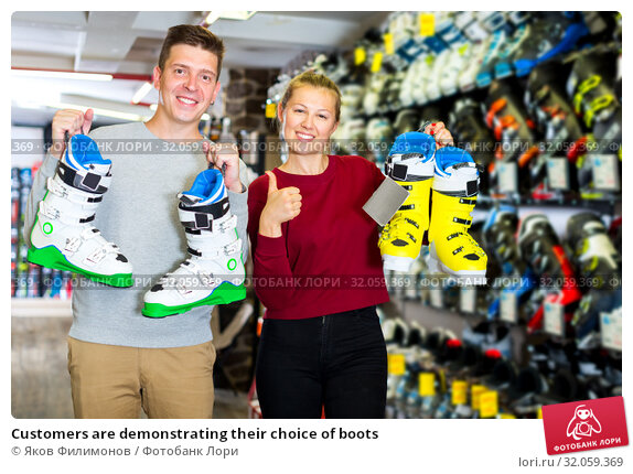 Customers are demonstrating their choice of boots. Стоковое фото, фотограф Яков Филимонов / Фотобанк Лори