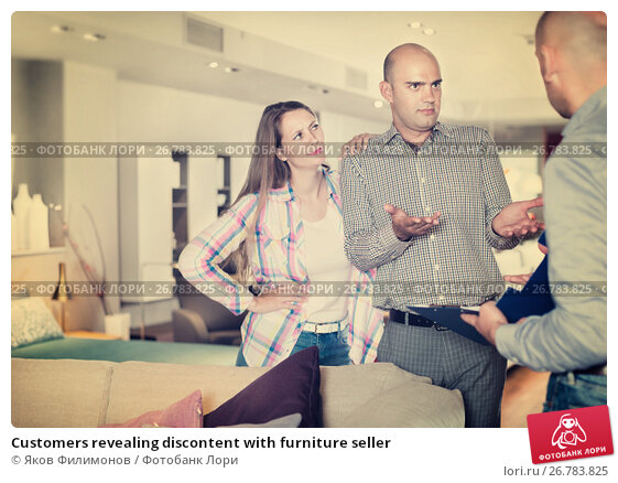 Customers revealing discontent with furniture seller, фото № 26783825, снято 16 мая 2017 г. (c) Яков Филимонов / Фотобанк Лори