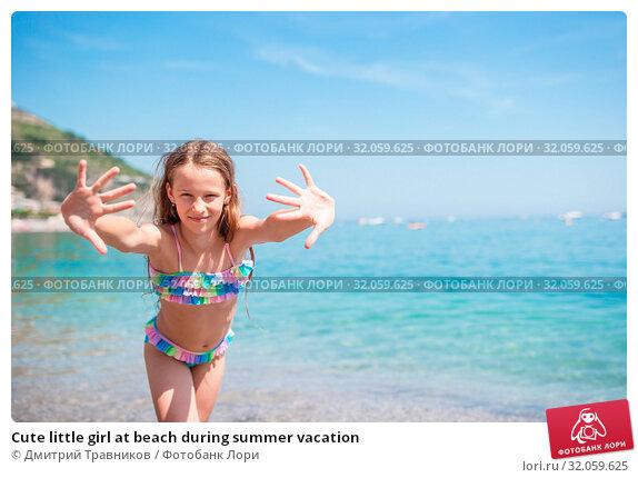Cute little girl at beach during summer vacation. Стоковое фото, фотограф Дмитрий Травников / Фотобанк Лори