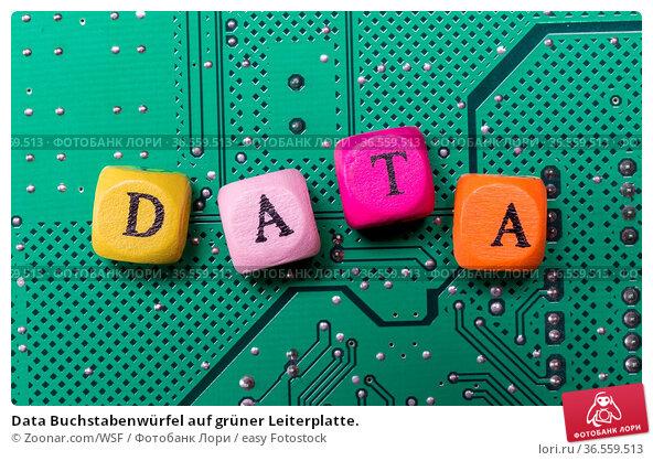 Data Buchstabenwürfel auf grüner Leiterplatte. Стоковое фото, фотограф Zoonar.com/WSF / easy Fotostock / Фотобанк Лори