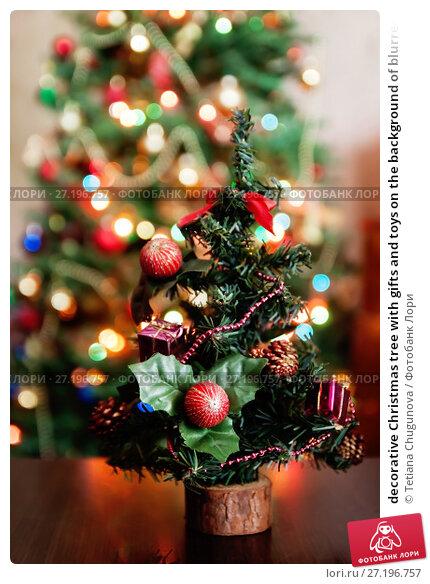 Купить «decorative Christmas tree with gifts and toys on the background of blurred lights and bokeh», фото № 27196757, снято 12 мая 2017 г. (c) Tetiana Chugunova / Фотобанк Лори