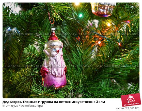 Купить «Дед Мороз. Ёлочная игрушка на ветвях искусственной ели», эксклюзивное фото № 29561861, снято 8 января 2016 г. (c) Dmitry29 / Фотобанк Лори