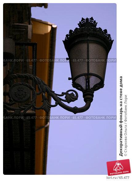 Декоративный фонарь на стене дома, фото № 65477, снято 20 июня 2006 г. (c) Старкова Ольга / Фотобанк Лори